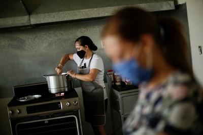 Ресторант в Мексико, който предлага храна за хора, останали без работа Снимка: Ройтерс