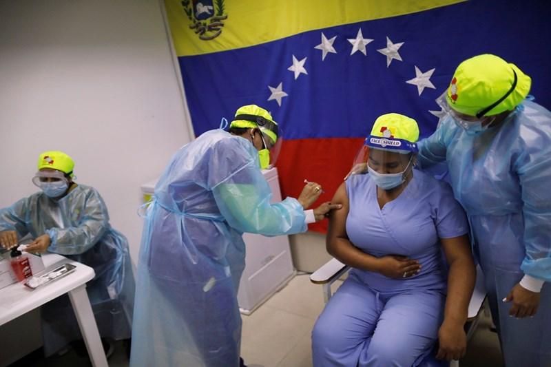 """Медсестра във Венецуела ваксинира колежка със """"Спутник V"""".  СНИМКА: РОЙТЕРС"""