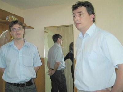 Зам.-кметът на Поморие Никола Костадинов (вляво) и секретарят Тони Митев разказват, че са съдействали на полицията. СНИМКИ: ЛИНА ГЛАВИНОВА