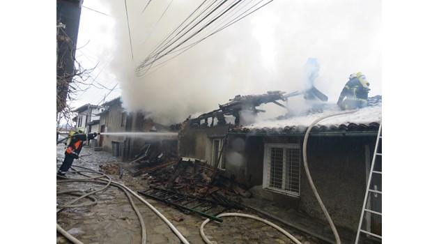"""Голям пожар гори в старинния великотърновски квартал """"Варуша"""" (Снимки)"""