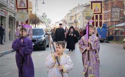 Лийтийно шествие с хоругви премина по главната улица на Велико Търново СНИМКА: Дима Максимова
