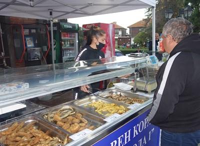 През фестивалните дни местни и гости на столицата могат да опитат прясна риба и различни морски специалитети.