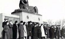 С овчарски ямурлук Андрей Николов пародира новата съветска власт