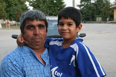 Щастливият дядо Недьо гушка внука си Георги Аспарухов преди 10 години.  СНИМКА: Ваньо Стоилов