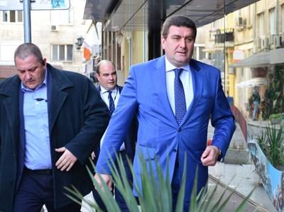Валентин Златев върви към прокуратурата. СНИМКА: Йордан Симeонов