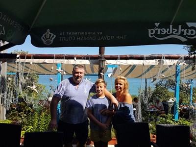 Собствениците Антон Михайлов и съпругата му Дани със сина си Роди СНИМКА: Цанко Цанев