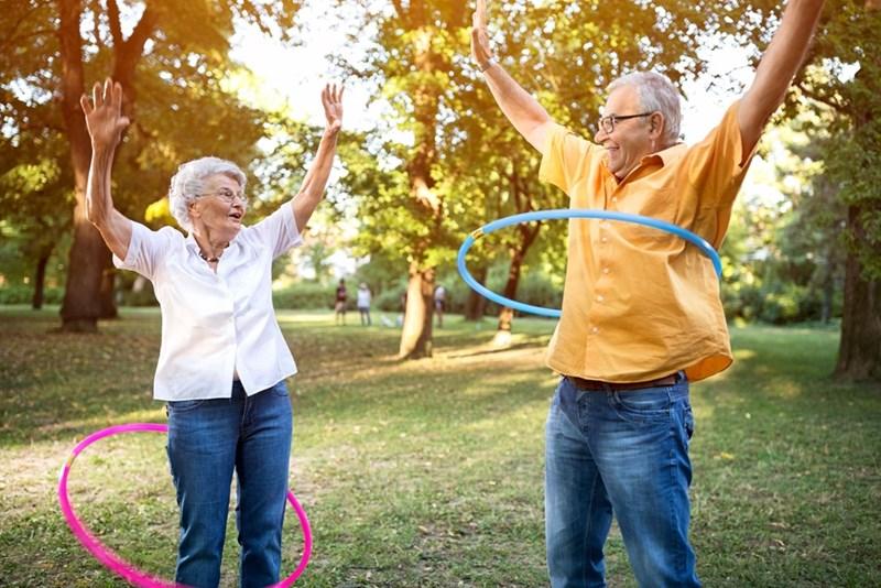Въртенето на обръч не е трудно за възрастни хора и укрепва мускулатурата.