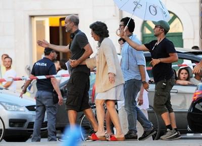 Едоардо Понти води майка си София Лорен на снимачната площадка.