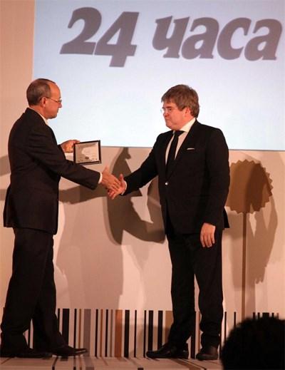 """Главният редактор на """"24 часа"""" Борислав Зюмбюлев (вдясно) получава приз за най-добра марка сред всекидневниците от шефа на БТПП Цветан Симеонов. СНИМКА: Пиeр Пeтров"""