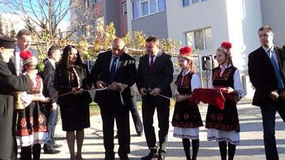 Бойко Борисов, министър Павлова и кметът Атанас Камбитов откриха 60 санирани блога в Благоевград. СНИМКА: Антоанета Маскръчка