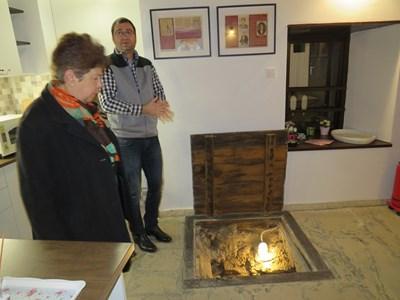 Адвокат Дончо Бораджиев, един от собствениците на имота, показва скривалището на Левски на една от посетителките. СНИМКА: Дима Максимова