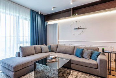 Януари - Николета Кръстева, Extravagance Design: Премерен лукс с леки неокласически детайли е основната характеристика на това просторно жилище с три спални на брега на морето