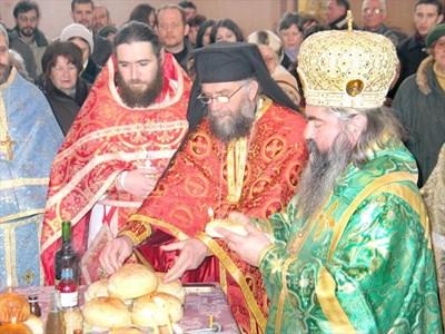 Варненският митрополит Кирил осветява курбан по случай храмовия празник на  СНИМКА: Стоян Николов