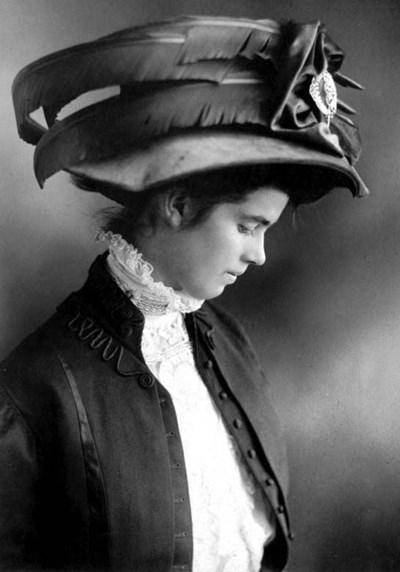 Екатерина Кукова носи шапка с пера от южноафрикански щраус.