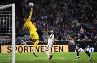 Вратарят Алфонс Ареола спасява удар при дебюта си за Франция. Световният шампион направи 0:0 с Германия в Мюнхен. СНИМКА: РОЙТЕРС