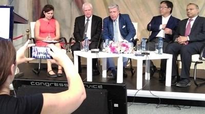 Ден преди откриването на конгреса проф. Стюард Джеймисън (вляво) разказа пред журналисти за нестихващото си вдъхновение да се усъвършенства в трансплантацията на сърце и бял дроб. Проф. Начев (до него) прогнозира, че през 2021 г. и български екип ще е готов за трансплантация на бял дроб. СНИМКА: Любомира Николаева