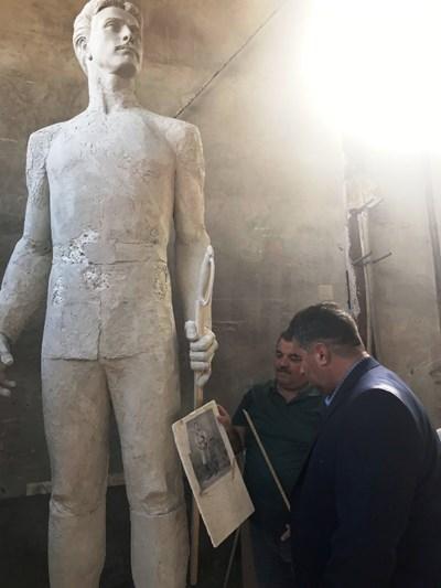 Губернаторът Галин Григоров посети ателието на скулптора Даниел Кънчев. Снимки Авторът