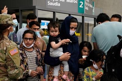 Афганистански бежанци пристигат в Дълес, щата Вирджиния.  СНИМКА: СНИМКА: РОЙТЕРС