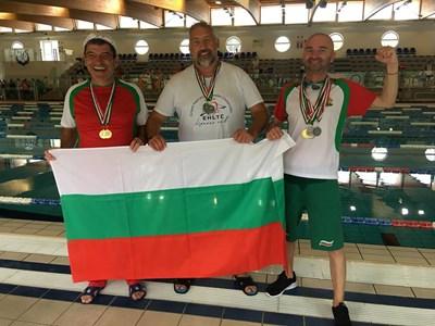 Огнян Ганчев, Евгени Георгиев и Георги Пеев (от ляво на дясно) минути след награждаването. СНИМКА: ГЕОРГИ ПЕЕВ