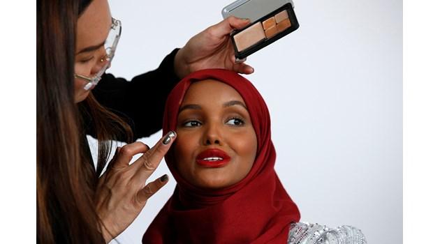 Първият модел с хиджаб покори света
