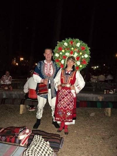 Бен Крос и съпругата му Деана, която носи традиционен за Шопския край венец от цветя.