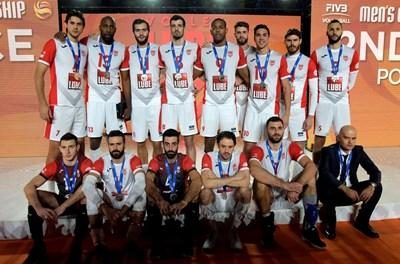 """Отборът на """"Кучине Лубе"""" по време на награждаването на световното клубно първенство, където остана втори. Медей (долу вдясно до Соколов) гледа мрачно, предусещайки накъде отиват нещата."""