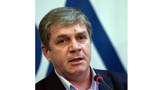 На президентските избори Румен Радев ще бие, ако ще и къщи да подаряват на хората