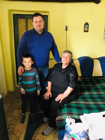 Адвокат Николов с бабата на Стефчо Стоянка Иванова и едно от братчетата му