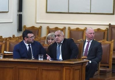 Премиерът Бойко Борисов, вътрешният министър Младен Маринов (вляво от него), регионалната министърка Петя Аврамова и транспортният Росен Желязков отговориха в парламента в четвъртък на питанията на БСП за винетките и толсистемата. СНИМКА: Велислав Николов