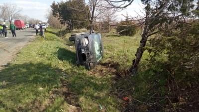 Жена загина, а четирима пътници бяха ранени при жестоката катастрофа. СНИМКИ: МВР