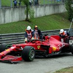 """Маршалите на пистата """"Хунгароринг"""" изнасят колата на пилота на """"Ферари"""" Шарл Льоклерк след катострофата в първата обиколка."""