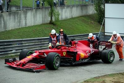 """Маршалите на пистата """"Хунгароринг"""" изнасят колата на пилота на """"Ферари"""" Шарл Льоклерк след катострофата в първата обиколка. СНИМКА: РОЙТЕРС"""
