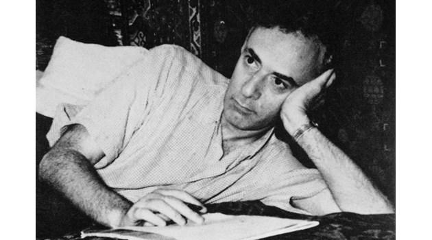 Бащата на съветската атомна бомба Лев  Ландау попада в затвора, след като пише позиви, че Сталин е фашист като Хитлер