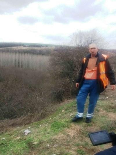 Кантонер показва къде са намерили трупа на жената. Снимка: Незабравка Кирова