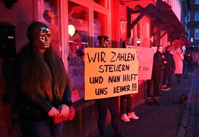 """Протестиращи проститутки. Табелата гласи: """"Ние плащаме данъци, но никой не ни помага"""". СНИМКИ: Ройтерс"""