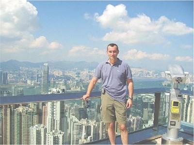 """Външният министър се е снимал """"на върха"""" на Хонконг от терасата на небостъргач."""