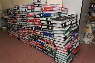 Това са част от 1360-те тома по делото КТБ, които сега се намират в коридор на специализирания съд.