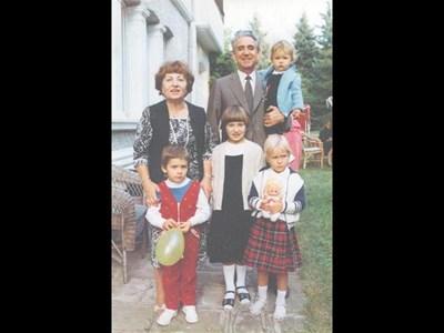 Гриша Филипов, който в понеделник би навършил 90 години, заедно със съпругата си Величка и внуците си Величка (в средата), Гриша - с балона, Анна - най-малкото момиченце, и Людмила - русото с куклата. 28 септември 1982 г. в държавната вила в Бояна. СНИМКИ: ЛИЧЕН АРХИВ