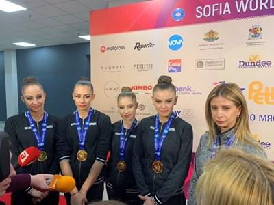 Стефани Кирякова, Мадлен Радуканова, Ерика Зафирова и Лаура Траатс заедно с треньорката си Весела Димитрова