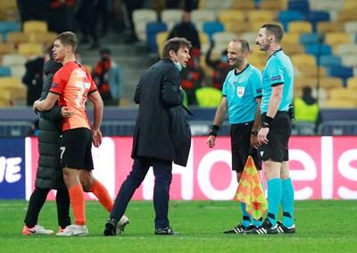 """Треньорът на """"Интер"""" Антонио Конте изказва претенции към Георги Кабаков след мача в Киев."""