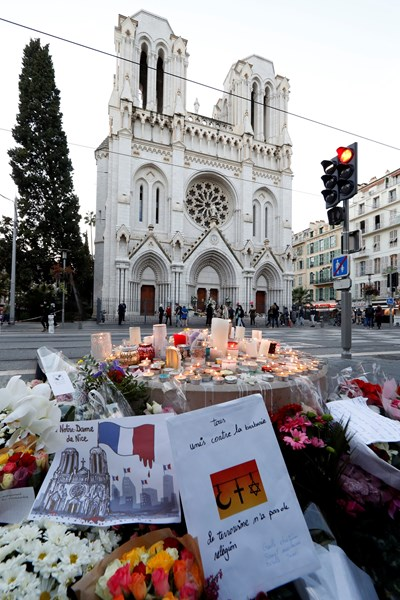 Цветя и свещи в памет на жетвите в Ница.