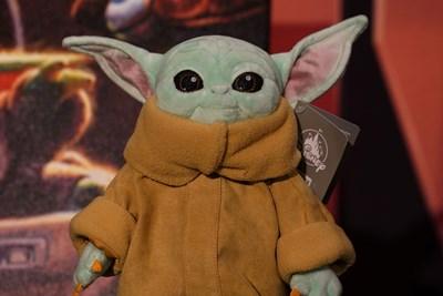 Плюшената играчка  Бебе Йода  е хит сред подаръците не само  за децата, но  и за  големите.  СНИМКА:  РОЙТЕРС