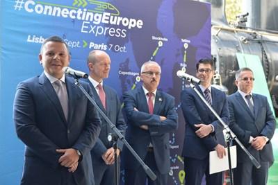 """Вицепремиерът Атанас Пеканов и министърът на транспорта Христо Алексиев на церемония по изпращане на експреса """"Свързана Европа"""", който на 2 септември тръгна от Лисабон."""