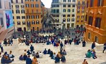 Забраниха сядането на Испанските стълбища, в Рим протестират