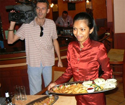 Tai - Фон Иванова - главен готвач в тайландския ресторант във Варна представя малка част от вкуснотиите, от които ще опитат варненци по време на Тайландската седмица. СНИМКА: АВТОРКАТА