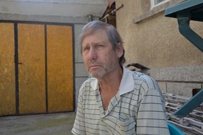 Стефчо Тодоров пред дома му