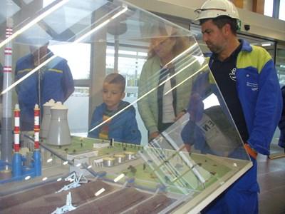 Николай Желев, който беше на работа като оператор на абсорбер, показва макет на теца на сина си Никола, който е ученик във втори клас. Снимки ВАНЬО СТОИЛОВ