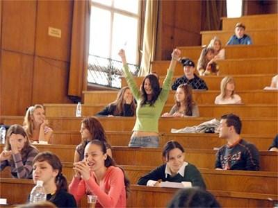 """Все повече студенти вземат изпитите си с помощта на невидима магнитна микрослушалка.  СНИМКИ: """"24 ЧАСА"""""""