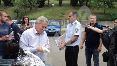 Началникът на КАТ - Благоевград Данаил Стоицов бе изведен от сградата преди минути с белезници. СНИМКИ: Авторката СНИМКА: 24 часа