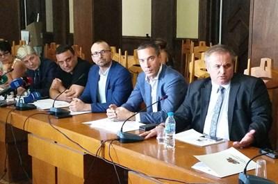 В заседанието на кризисния щаб участваха министрите Нено Димов и Ивайло Московски (от ляво но дясно), областният на Бургас Вълчо Чолаков, кметът Димитър Николов и кметът на Созопол Панайот Рейзи.